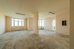 Νέο κατοικημένο διαμέρισμα χωρίς λήξη στο σύγχρονο σπίτι Συμπαγείς τοίχοι και επικοινωνίες Στοκ Φωτογραφίες