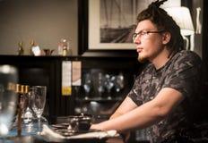 Νέο καυκάσιο άτομο στο εστιατόριο στοκ φωτογραφία