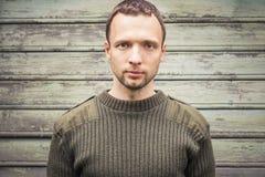 Νέο καυκάσιο άτομο στο στρατιωτικό πράσινο πουλόβερ Στοκ εικόνα με δικαίωμα ελεύθερης χρήσης