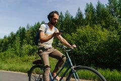 Νέο καυκάσιο ατόμων μέσω της φύσης με το smartphone στα χέρια του για να πλοηγήσει στοκ φωτογραφία
