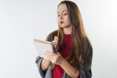 Νέο καυκάσιο θηλυκό με το sketchbook και μολύβι στο άσπρο υπόβαθρο Στοκ εικόνα με δικαίωμα ελεύθερης χρήσης