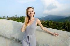 Νέο καυκάσιο θηλυκό πρόσωπο που στέκεται στο υπόβαθρο βουνών στοκ εικόνες