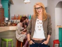 Νέο καυκάσιο ξανθό κορίτσι στον καφέ Στοκ φωτογραφία με δικαίωμα ελεύθερης χρήσης