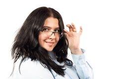 Νέο καυκάσιο brunette επιχειρησιακών γυναικών χαμόγελου με το πορτρέτο γυαλιών που απομονώνεται στο άσπρο υπόβαθρο στοκ φωτογραφία με δικαίωμα ελεύθερης χρήσης