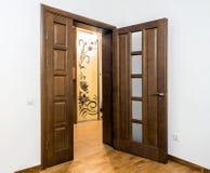 Νέο καφετί ξύλινο εσωτερικό πορτών στο εσωτερικό Στοκ φωτογραφίες με δικαίωμα ελεύθερης χρήσης