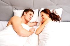 Νέο καλό ζεύγος στο κρεβάτι στοκ φωτογραφία με δικαίωμα ελεύθερης χρήσης