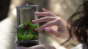 Νέο κιβώτιο εκμετάλλευσης γυναικών με τα γαμήλια δαχτυλίδια φιλμ μικρού μήκους