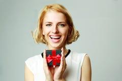 Νέο κιβώτιο δώρων κοσμημάτων εκμετάλλευσης γυναικών Στοκ Φωτογραφία