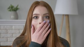 Νέο κοκκινομάλλες κορίτσι blogger, πορτρέτο, που εξετάζει τη κάμερα, σοβαρό πρόσωπο, συγκίνηση της έκπληξης, όμορφα μάτια, βλέμμα απόθεμα βίντεο