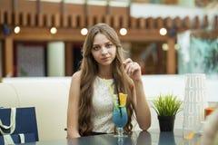 Νέο κοκτέιλ κατανάλωσης γυναικών σε έναν καφέ Στοκ φωτογραφία με δικαίωμα ελεύθερης χρήσης