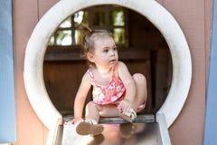 Νέο κορίτσι έξω από το παιχνίδι σε μια φωτογραφική διαφάνεια παιδικών χαρών Στοκ φωτογραφίες με δικαίωμα ελεύθερης χρήσης