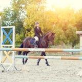 Νέο κορίτσι αναβατών αλόγων στον ιππικό ανταγωνισμό Στοκ Εικόνα