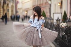 Νέο κορίτσι Ασιατών με τη σύγχρονη τοποθέτηση φορεμάτων σε μια παλαιά Κρακοβία Στοκ Εικόνες