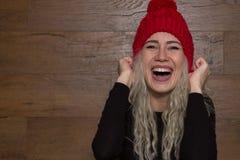 Νέο κορίτσι γέλια στα πλεκτά καπέλων Στοκ εικόνα με δικαίωμα ελεύθερης χρήσης