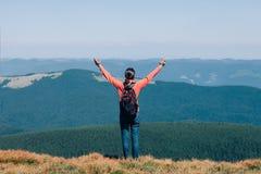 Νέο κορίτσι ελευθερίας με τα χέρια επάνω στα βουνά Στοκ φωτογραφία με δικαίωμα ελεύθερης χρήσης