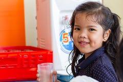 Νέο κορίτσι διψασμένο Στοκ εικόνες με δικαίωμα ελεύθερης χρήσης