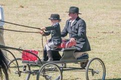 Νέο κορίτσι και πατέρας σε ένα horse-drawn κάρρο Στοκ Εικόνες