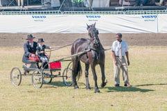 Νέο κορίτσι και πατέρας σε ένα horse-drawn κάρρο Στοκ εικόνα με δικαίωμα ελεύθερης χρήσης