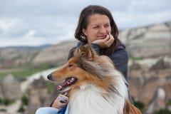 Νέο κορίτσι και σκυλί που φαίνονται διαφορετικές κατευθύνσεις στοκ φωτογραφίες με δικαίωμα ελεύθερης χρήσης