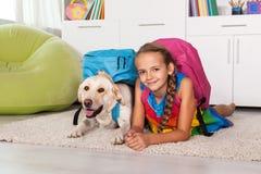 Νέο κορίτσι και το σκυλί του Λαμπραντόρ της έτοιμα για το σχολείο Στοκ Εικόνες