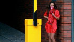 Νέο κορίτσι κοντά σε έναν χώρο στάθμευσης απόθεμα βίντεο