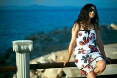 Νέο κορίτσι κοντά στην παραλία στοκ φωτογραφίες με δικαίωμα ελεύθερης χρήσης