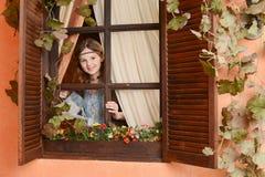 Νέο κορίτσι κοντά στο παράθυρο Στοκ εικόνες με δικαίωμα ελεύθερης χρήσης