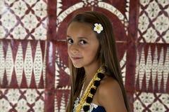 Νέο κορίτσι μαυρίσματος με το υπόβαθρο υφασμάτων tapa στοκ εικόνες
