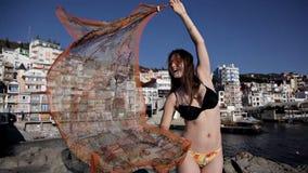 Νέο κορίτσι με ένα μαντίλι θαλασσίως απόθεμα βίντεο
