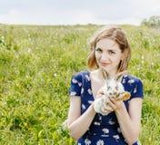 Νέο κορίτσι με ένα μικρό κουνέλι Στοκ φωτογραφία με δικαίωμα ελεύθερης χρήσης
