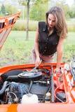 Νέο κορίτσι με ένα σπασμένο αυτοκίνητο στοκ φωτογραφία με δικαίωμα ελεύθερης χρήσης