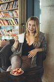 Νέο κορίτσι με ένα φλιτζάνι του καφέ στοκ εικόνα