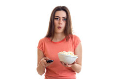 Νέο κορίτσι με αστείο pop-corn και μακρινός Στοκ Φωτογραφίες