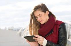 Νέο κορίτσι με μια ταμπλέτα Στοκ εικόνα με δικαίωμα ελεύθερης χρήσης