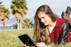 Νέο κορίτσι με μια ταμπλέτα Στοκ φωτογραφίες με δικαίωμα ελεύθερης χρήσης