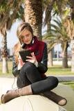 Νέο κορίτσι με μια ταμπλέτα Στοκ εικόνες με δικαίωμα ελεύθερης χρήσης