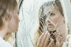 Νέο κορίτσι με τα εφηβικά προβλήματα Στοκ εικόνες με δικαίωμα ελεύθερης χρήσης