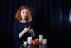 Νέο κορίτσι με τα κεριά στο σκούρο μπλε υπόβαθρο στοκ φωτογραφίες με δικαίωμα ελεύθερης χρήσης