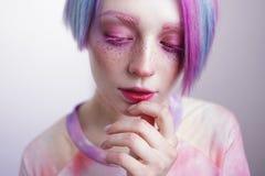 Νέο κορίτσι με τα ρόδινες μάτια και την τρίχα, όπως μια κούκλα Στοκ Εικόνες