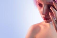 Νέο κορίτσι με τα ρόδινες μάτια και την τρίχα, όπως μια κούκλα Στοκ Φωτογραφίες