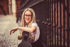 Νέο κορίτσι με τα dreadlocks Στοκ Εικόνα