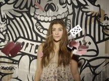 Νέο κορίτσι με τα playcards πετάγματος Στοκ Φωτογραφία