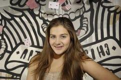 Νέο κορίτσι με τα playcards πετάγματος Στοκ Εικόνες