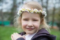 Νέο κορίτσι με την κορώνα μαργαριτών Στοκ εικόνες με δικαίωμα ελεύθερης χρήσης