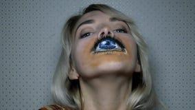 Νέο κορίτσι με την τέχνη σωμάτων ελεύθερη απεικόνιση δικαιώματος