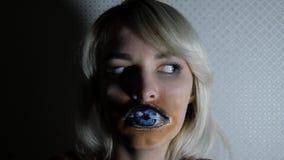 Νέο κορίτσι με την τέχνη σωμάτων απόθεμα βίντεο