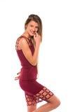 Νέο κορίτσι με την τοποθέτηση μακρυμάδών και burgundy φορεμάτων στοκ φωτογραφία με δικαίωμα ελεύθερης χρήσης