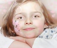 Νέο κορίτσι με τη ζωγραφική σωμάτων στο πρόσωπο Στοκ εικόνα με δικαίωμα ελεύθερης χρήσης