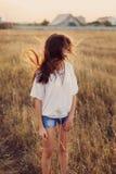 Νέο κορίτσι με τη μακροχρόνια καφετιά παραμονή τρίχας στο λιβάδι Στοκ εικόνα με δικαίωμα ελεύθερης χρήσης
