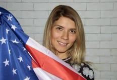 Νέο κορίτσι με τη σημαία των ΗΠΑ στοκ φωτογραφία